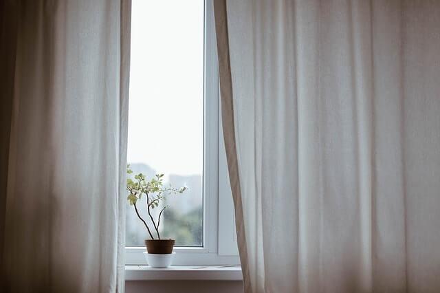 curtains-1854110_640-min