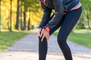 膝の内側に痛みを感じる女性