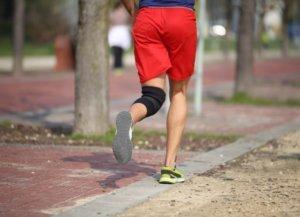 膝サポーターを着けて走る男性
