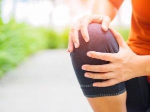 膝の外側に痛みを感じる人