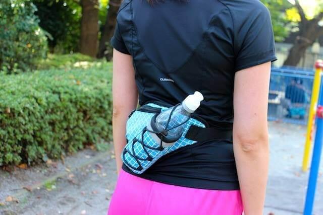 ランニングボトルポーチをつけている女性