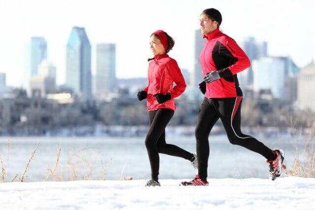 冬に走る男女