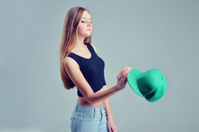 帽子を手に持つ女性