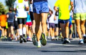 夏に走るマラソンランナー達