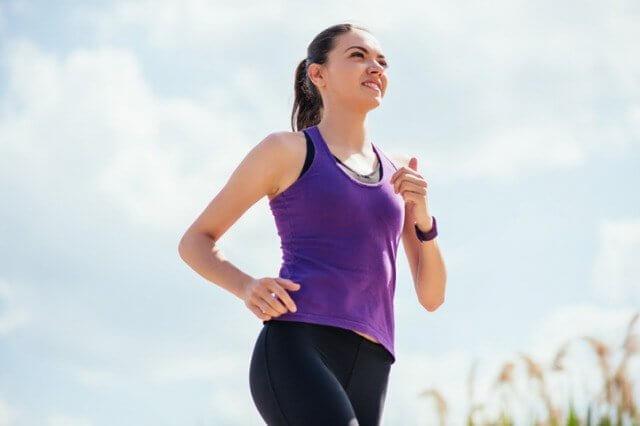 夏の暑い中走る女性