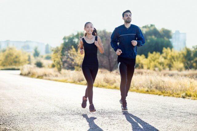 ランニングタイツを履いて走るカップル