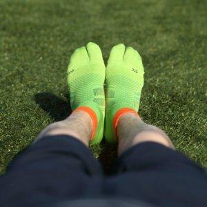 ランニング用足袋ソックスを履く男性