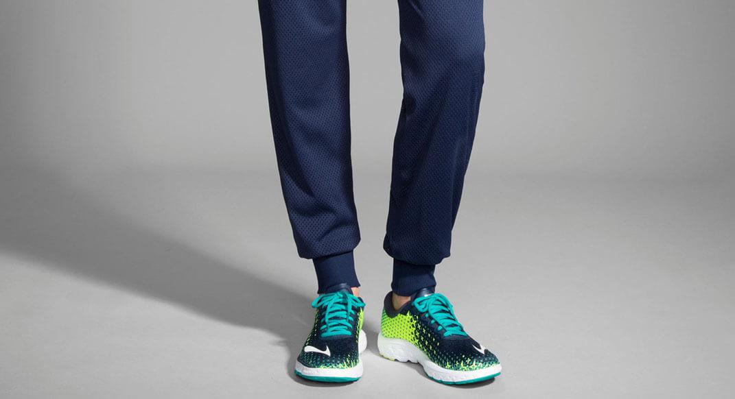 ランニング用ロングパンツを履く男性の足元