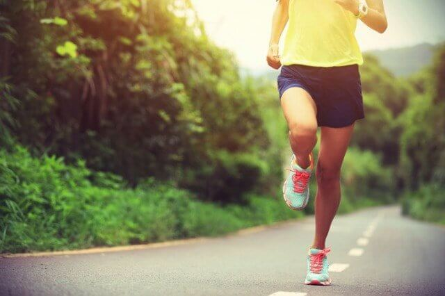 ランニングパンツを履いて走るランナー