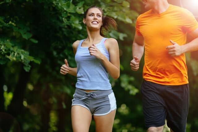 ランニングパンツを履いて走る男女