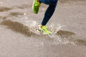 雨の中走るランナー
