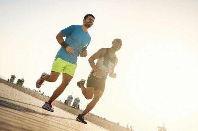 ショートパンツを履いて走る男性二人