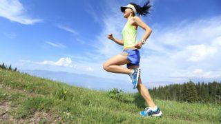 サンバイザーを着用して走る女性