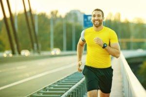 蛍光色のランニングシャツを着る男性