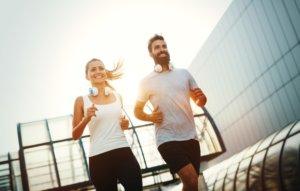 通気性の高いランニングシャツで走る男女
