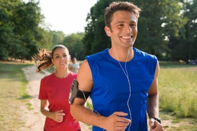 ランニングシャツを着て走る男性と女性
