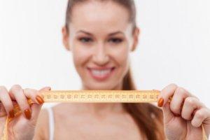 頭周りのサイズを測る女性