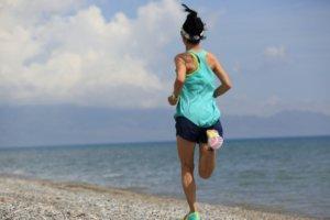 夏に走る女性