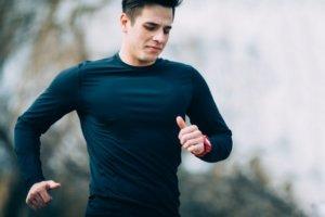 黒色のランニングシャツで走る男性