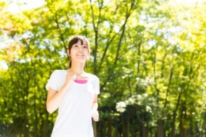 UVケア加工済みのシャツを着る女性