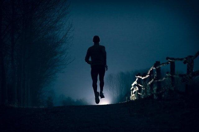 暗い夜に走るランナー