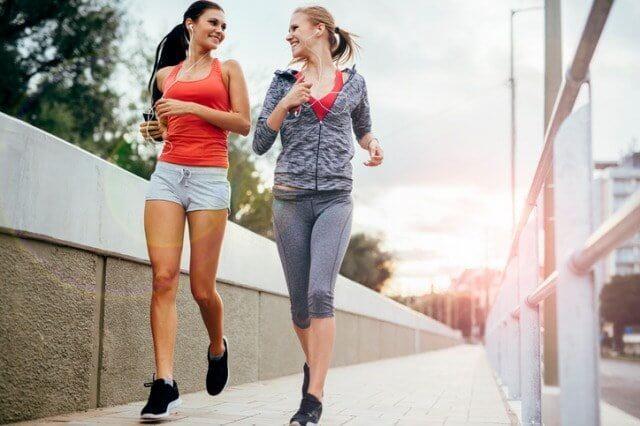 楽しそうに走る女性二人
