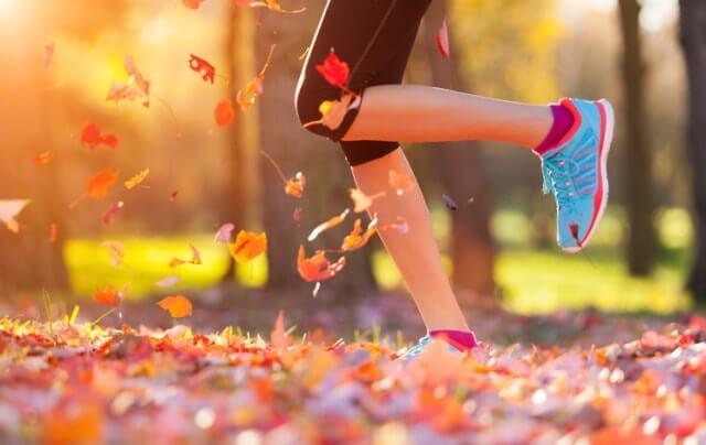 おしゃれな靴下を履いて走る女性