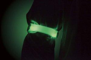 腕に明るく光るLEDアームバンドライト