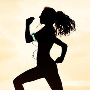 LEDアームバンドライトをつけて走る女性