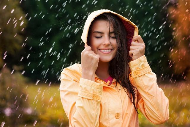 雨の中レインジャケットを着ている女性