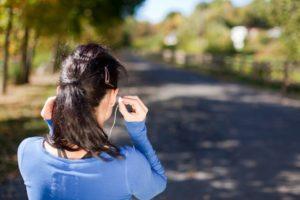 イヤホンを耳に装着する女性