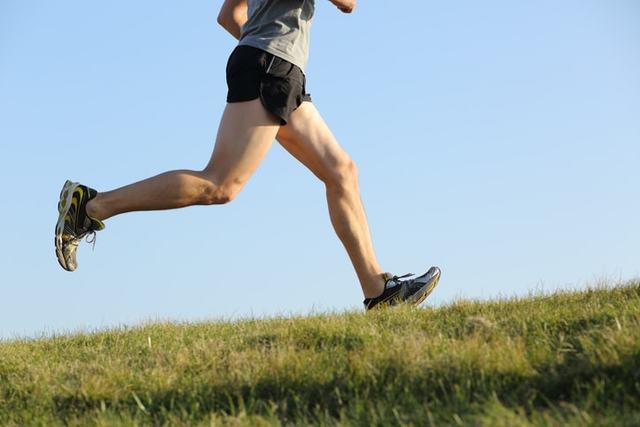 スポーツショーツを履いて走る男性