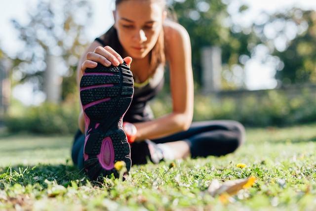ストレッチをする女性ランナー