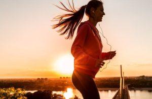 汗をかきながら走る女性