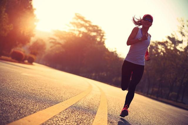 夏にランニングウェアで走る女性