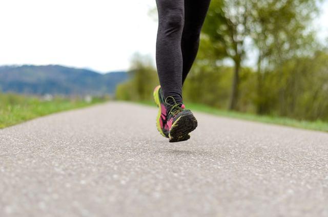ランニングタイツを履いて走るランナー
