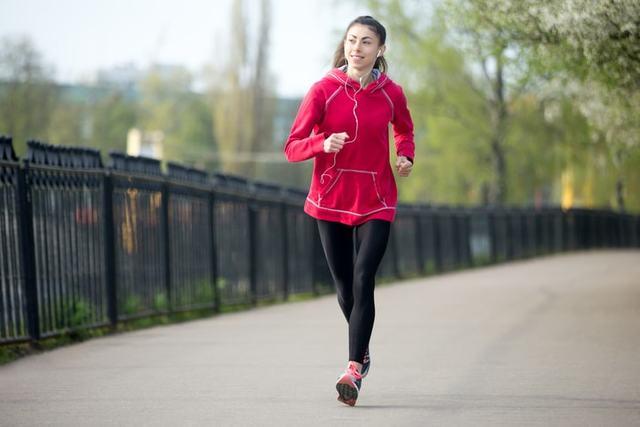 ランニングウェアを着て走る女性