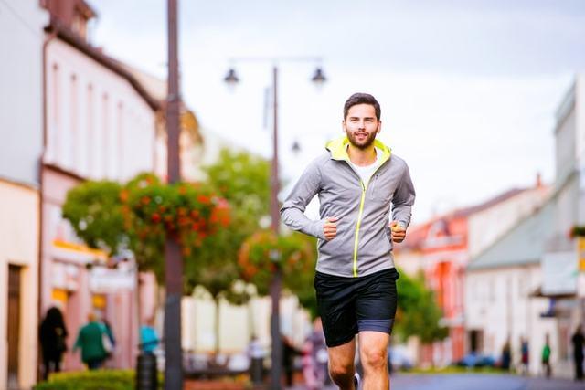 秋にランニングウェアを着て走る男性