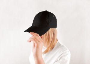 帽子を被る人