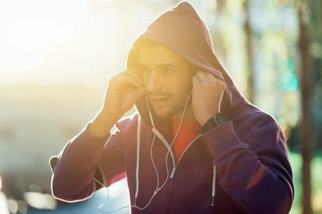 フード付きジャケットを着ている男性