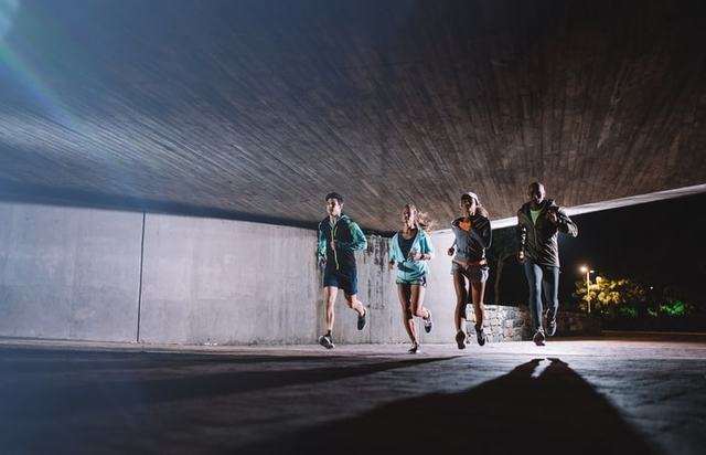 夜走る男女4人
