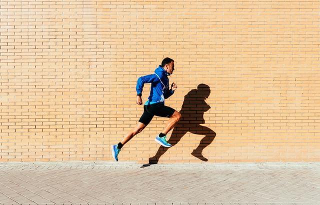 走るランナー
