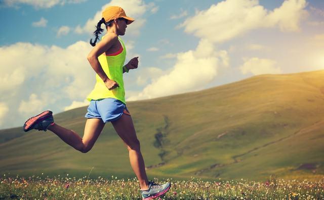 夏の暑い中走る女性ランナー