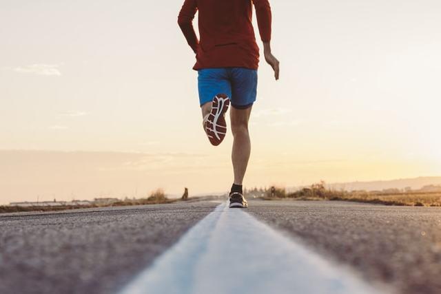 走る男性ランナー