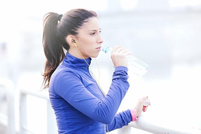 ペットボトルの水を飲むランナー