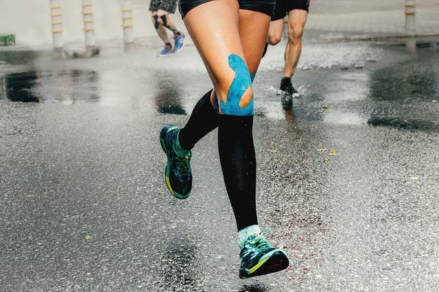 膝サポーターを着けて走るランナー