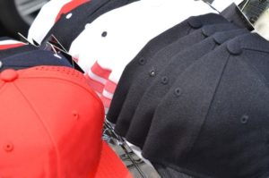 様々な色の帽子