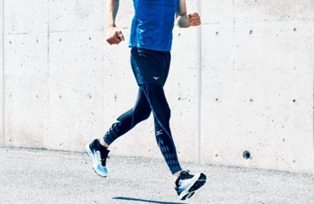 ミズノバイオギアタイツを走る男性
