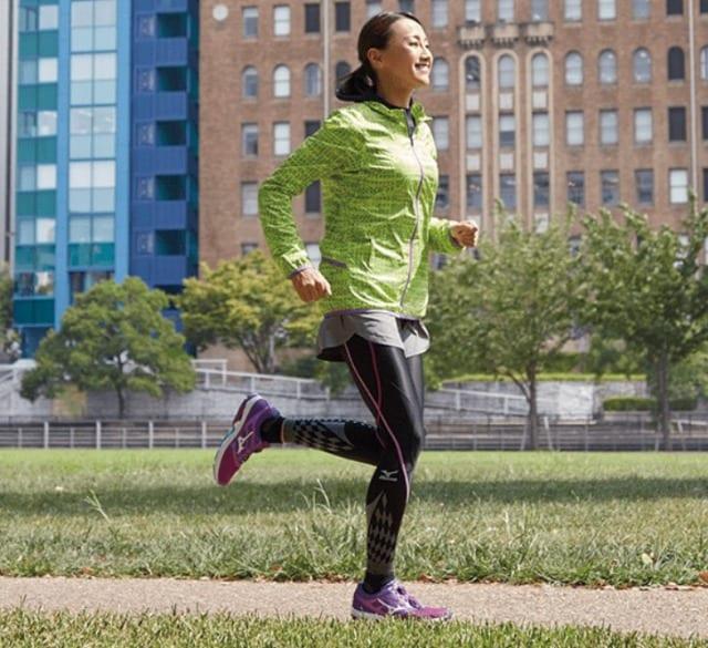 BG8000を履いて走る女性