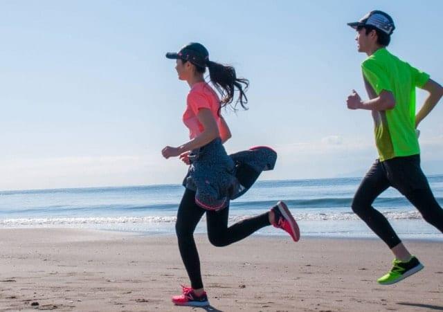 ニューバランスウェアを着て走る男女